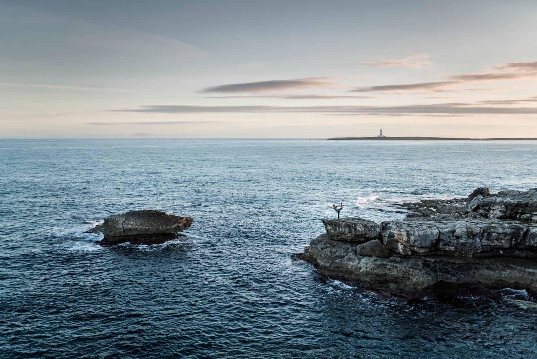 Far de l'Illa de l'Aire al fons, des del Racó des Coll Curt (Foto: Jordi Saragossa).