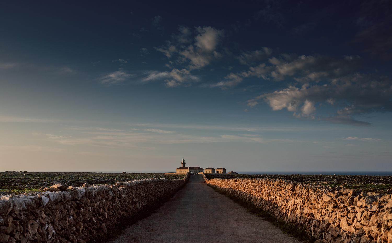 Carretera d'accés a la Farola de Punta Nati (Foto: Jordi Saragossa).